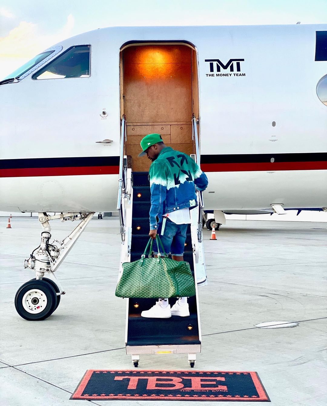 SPOTTED: Floyd Mayweather Boards His TMT Jet