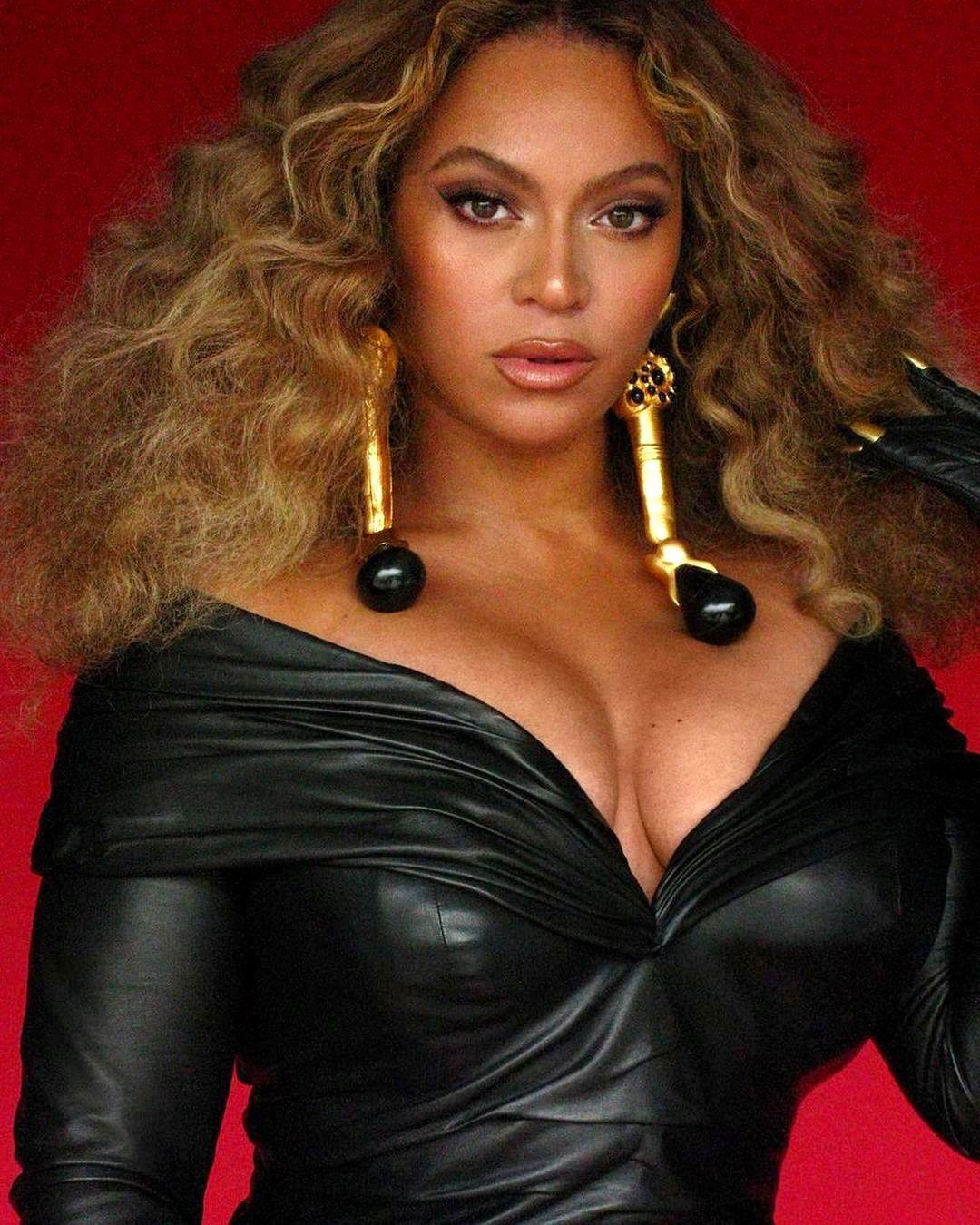 SPOTTED: Beyonce wears Schiaparelli to accept Record-Breaking Grammy – PAUSE Online   Men's Fashion, Street Style, Fashion News & Streetwear